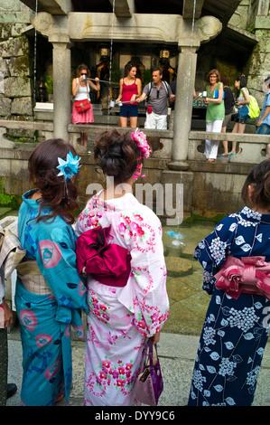 Les touristes tentent d'obtenir l'eau qui tombe de la Ottawa-no-taki waterfall avec métal tasses au temple Kiyomizu Banque D'Images