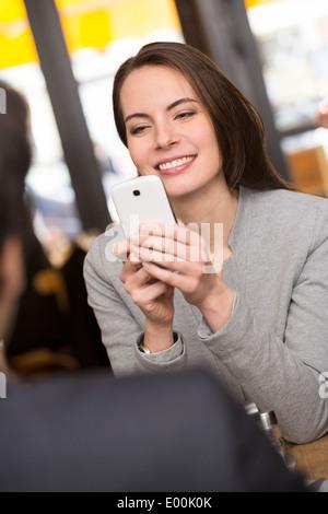 Femme Homme gai photo bar dîner smartphone Banque D'Images