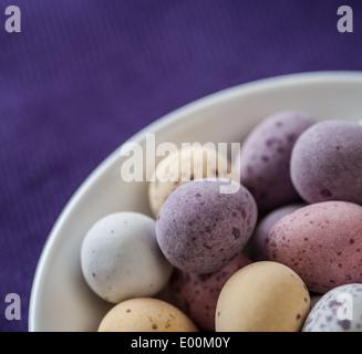 Bonbons au chocolat couverte mouchetée d'oeufs de pâques Banque D'Images