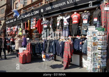 Les acheteurs de tourisme à l'avant de la boutique de souvenirs de l'Écosse du patrimoine sur le Royal Mile, Édimbourg. Banque D'Images