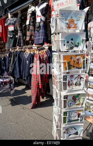 Shop sur l'extérieur d'une boutique de souvenirs sur le Royal Mile, Édimbourg. Banque D'Images