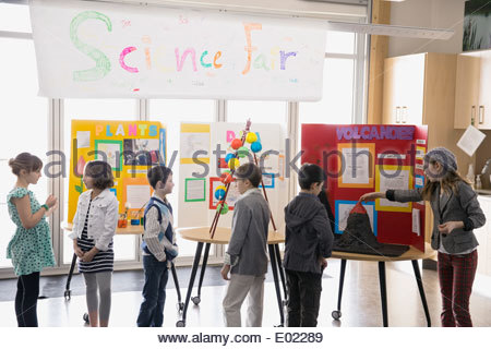 Les élèves du primaire avec des projets à science fair Banque D'Images