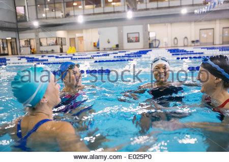 Les femmes en piscine intérieure Banque D'Images