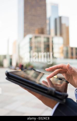 Tablet PC femelle côté bâtiment extérieur