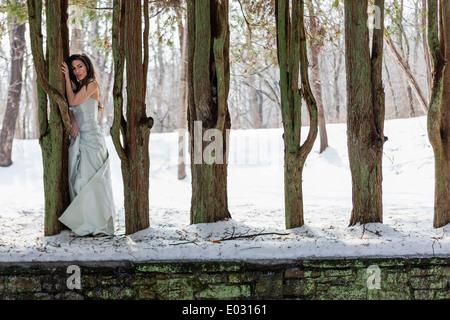 Une femme dans une robe de bal en plein air dans la neige. Banque D'Images