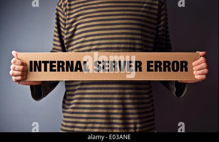 Erreur HTTP 500 Erreur du serveur, la page concept. Man holding banner avec message d'erreur. Technologie Web série. Banque D'Images