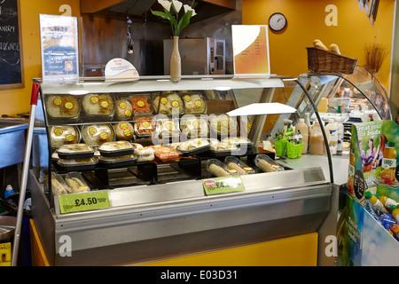 Pack pré salades et sandwiches compteur dans une épicerie dans un dépanneur de station de remplissage en Irlande Banque D'Images