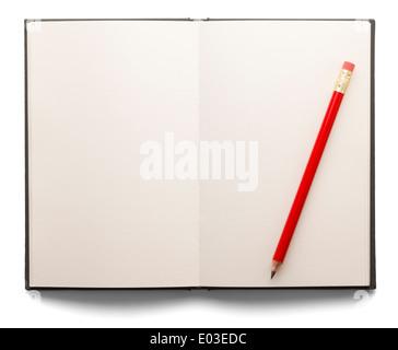 Livre ouvert avec les pages blanches et un crayon rouge sur un fond blanc isolé. Banque D'Images