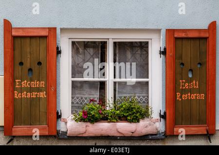 Fenêtre avec volets sur restaurant traditionnels estoniens. Banque D'Images