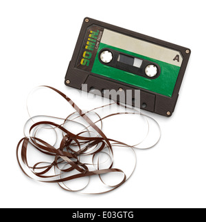Cassette de ruban dénoué vieux isolé sur fond blanc. Banque D'Images