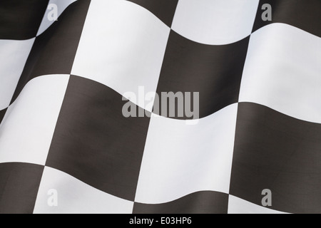 Seul drapeau à damiers avec vague dans il isolé sur fond blanc. Banque D'Images