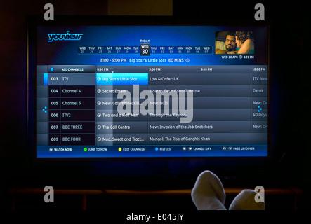 Regarder la télévision via un satellite YouView Fort, UK Banque D'Images