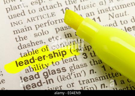 Le mot leadership mis en évidence dans le dictionnaire avec Surligneur marqueur jaune. Banque D'Images