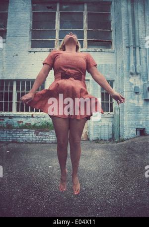 Girl leaping ou voler dans l'air Banque D'Images