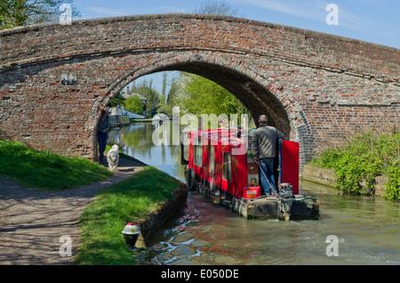 L'entretien d'un bateau sous un pont sur le canal d'Oxford au Royaume-Uni, Braunston Banque D'Images