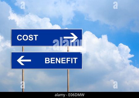 Avantages et coûts on blue road sign with blue sky Banque D'Images