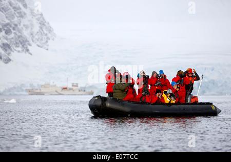 Les passagers sur l'observation des baleines en bateau de l'expédition antarctique de la baie wilhelmina Banque D'Images