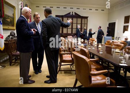 Le président américain Barack Obama parle avec la sénateur Saxby Chambliss, gauche, et Mike Rogers, à la suite d'une Banque D'Images