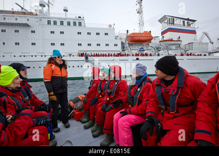 Les passagers à bord d'un navire de recherche laissant excursion zodiac dans l'antarctique Banque D'Images