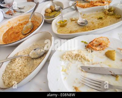 Table pleine de plaques sale après un repas Banque D'Images