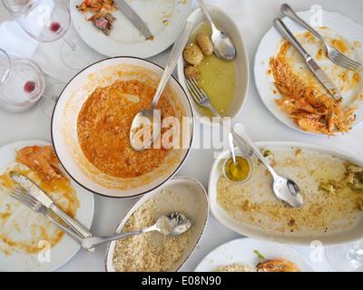 Vue de dessus d'une table pleine de plaques sale après un repas Banque D'Images