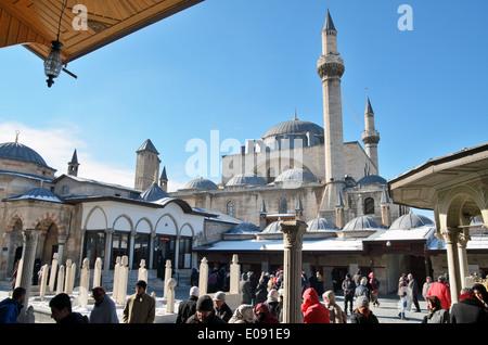 Cour de musée de Mevlana Celaleddin Rumi avec mosquée Mevlana en arrière-plan. Musée Mevlana Jalaluddin Rumi à Konya, Turquie