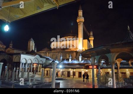 Cour de musée de Mevlana Celaleddin Rumi Mosquée Mevlana avec la nuit, Konya, Turquie