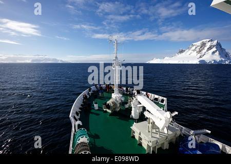 Les passagers à bord des navires naviguant entre Anvers et l'île de la péninsule antarctique Banque D'Images