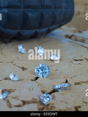 Des diamants sur le sol avec grenade à main en arrière-plan Banque D'Images