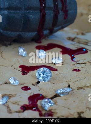 Les diamants et du sang sur le sol avec grenade à main en arrière-plan Banque D'Images