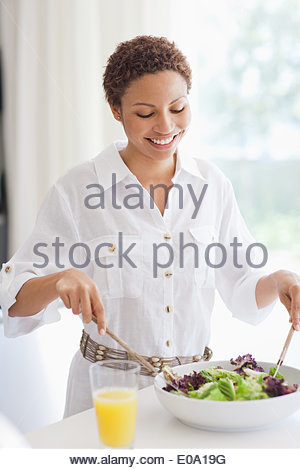 Woman tossing salad Banque D'Images