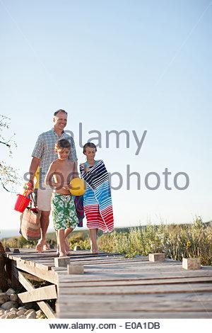 La préparation de la famille à aller à la plage Banque D'Images