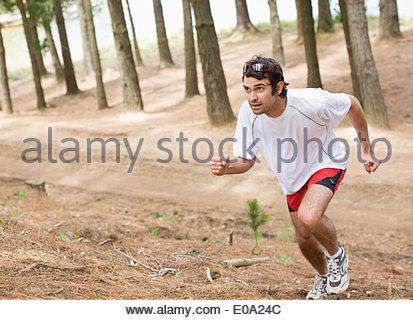 Homme qui court dans la forêt Banque D'Images