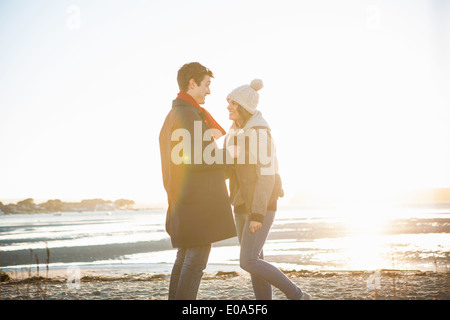 Couple face à face sur la plage Banque D'Images