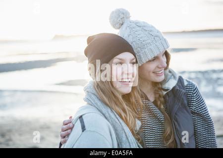 Deux amies, profitant de la plage Banque D'Images