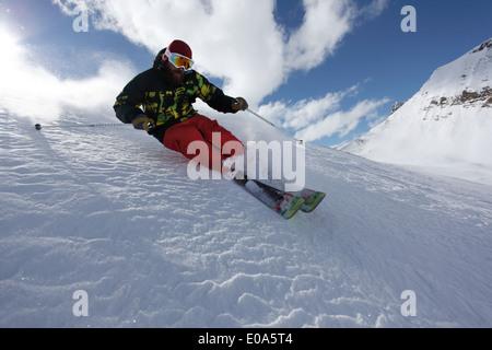 Ski man à la vitesse en descente, Mayrhofen, Tyrol, Autriche Banque D'Images