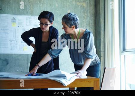 Deux études d'affaires blueprints in office Banque D'Images