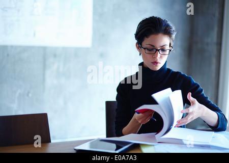 Cahier de recherche à travers business in office Banque D'Images