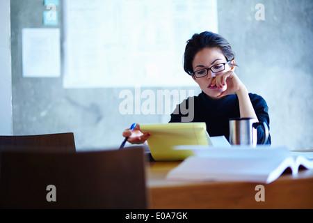 L'étude de business paperwork in office Banque D'Images