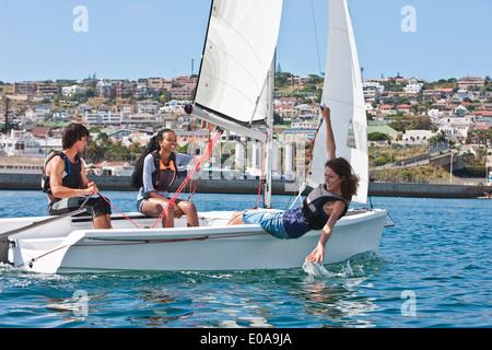 Trois jeunes amis de la voile dans le port Banque D'Images