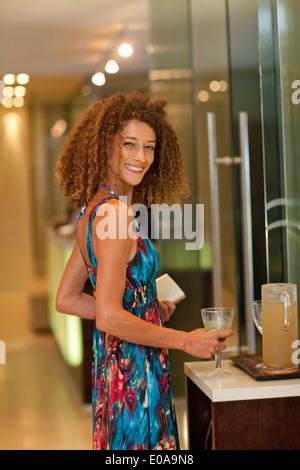 Portrait de jeune femme à boire détendue à spa