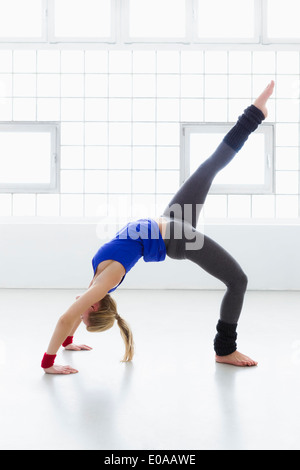 Young woman in yoga position Banque D'Images