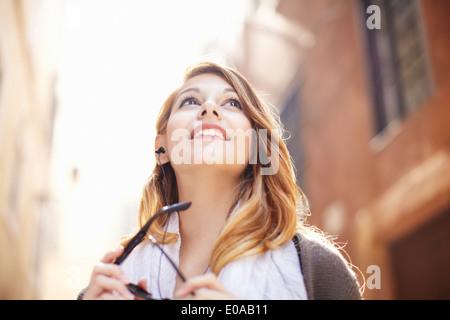 Jeune femme à la recherche de bâtiments, Rome, Italie Banque D'Images