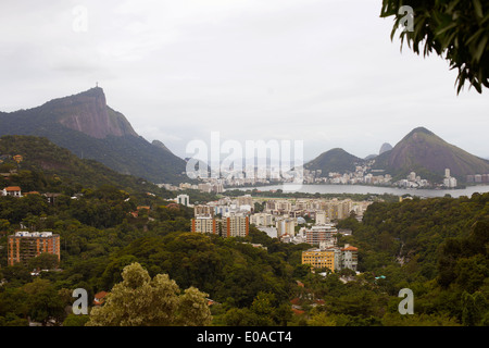 Vue éloignée sur le Christ Rédempteur et Rio de Janeiro, Brésil Banque D'Images