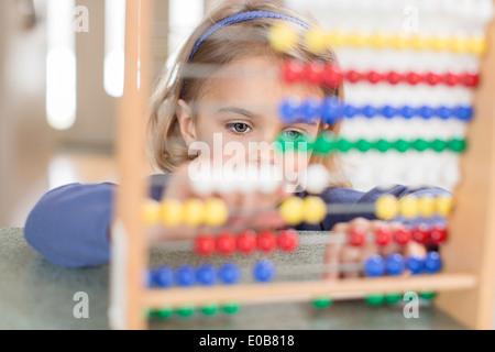 Jeune fille l'apprentissage sur Abacus