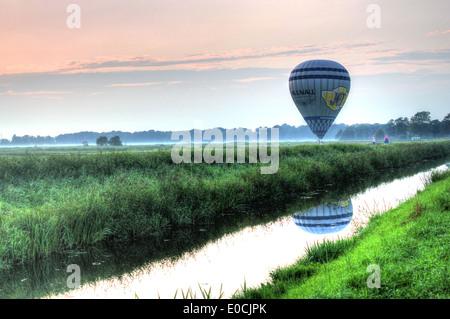 Hot Air Balloon juste après l'atterrissage dans un paysage d'été dans le nord des Pays-Bas Banque D'Images