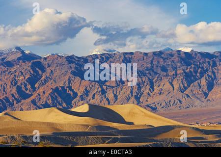 Vue sur Mesquite Flat dunes de sable sur Amargosa range dans la soirée, la Death Valley National Park, California, USA, Amérique Latine