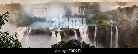 Tôt le matin à Iguasu Falls, vu d'un côté brésilien, l'État de Parana, Brésil Banque D'Images