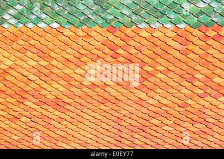 Toit de tuiles tuiles de fond orange lumineux du soleil. Banque D'Images