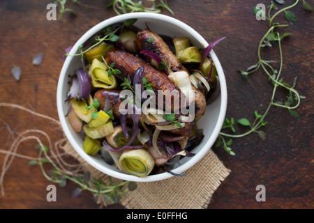 Saucisse, le poireau, l'oignon rouge et le thym dans un bol Banque D'Images
